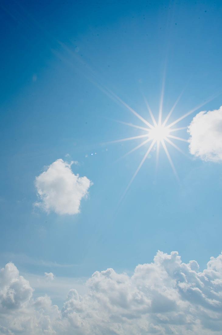 Besprechen von Krankheiten - Sonne am Mittagshimmel über Wolken
