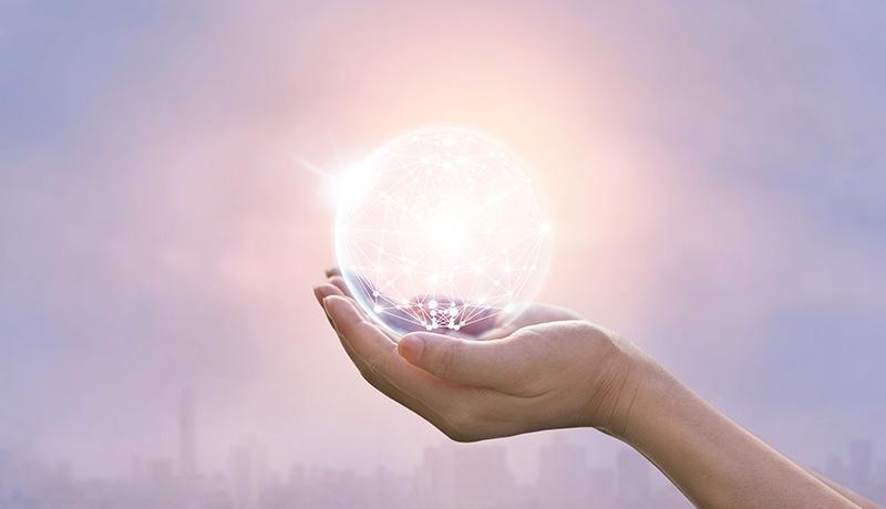 Besprechen von Krankheiten - Leuchtende Glaskugel in Hand