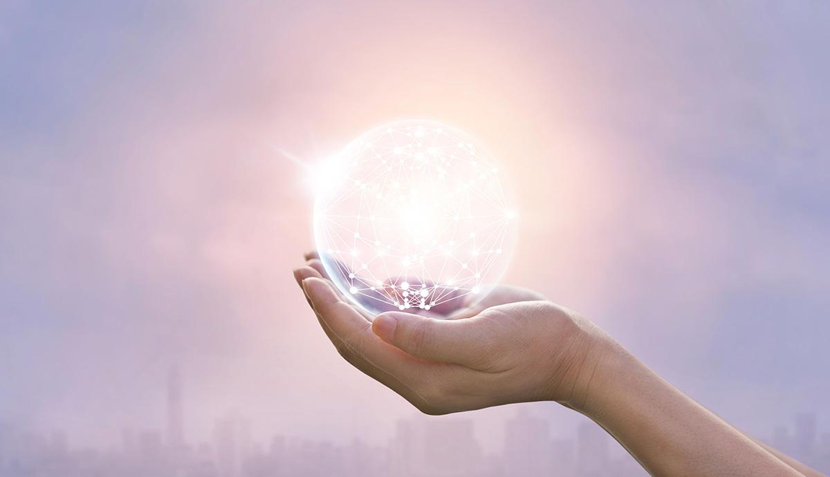 Besprechen von Krankheiten - Hand hält leuchtende Glaskugelkugel