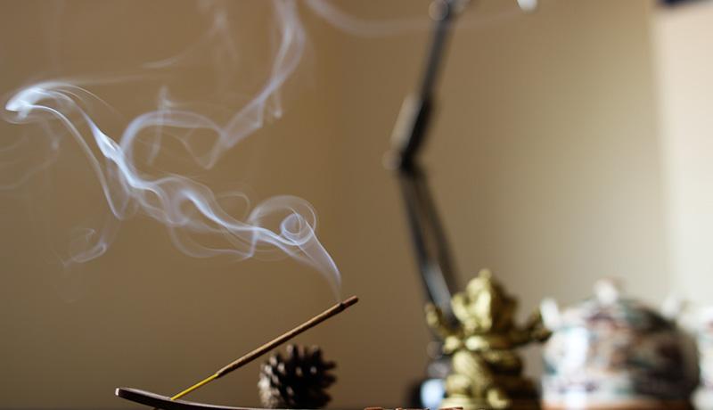 Besprechen von Krankheiten - Räucherstäbchen mit Rauch